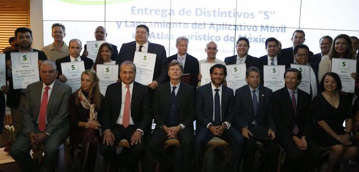 Entrega de Distintivo S a empresas con prácticas sustentables
