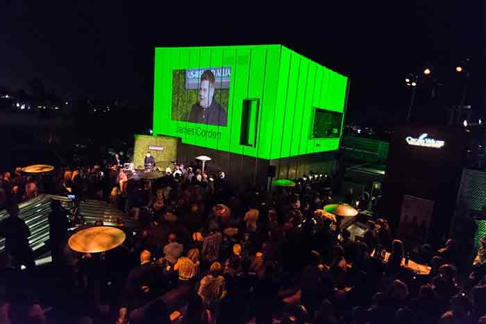 La compañía de producción Abrams's Bad Robot iluminaron con un dramático tono verde la instalación en donde se proyectaban videos y los logos de los patrocinadores.