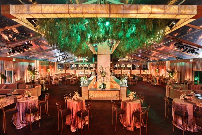 Un bar sembrado de exuberante follaje fue la pieza central del espacio de fiestas de los Globos de Oro de Fox.