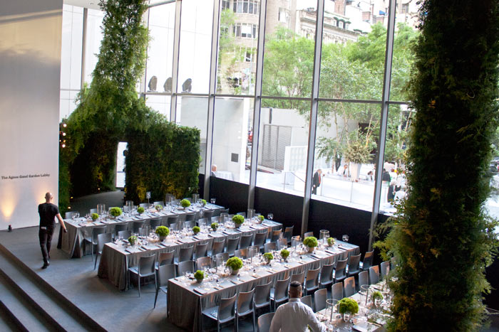En la fiesta del Museo de Arte Moderno en el Jardín de Nueva York en junio, los invitados se reunieron entre el exuberante jardín con capas de vegetación. Los invitados entraron en el comedor principal a través de un vestíbulo con una cortina de vegetación barriendo hasta el techo, parecido a un exuberante paisaje de bosque.