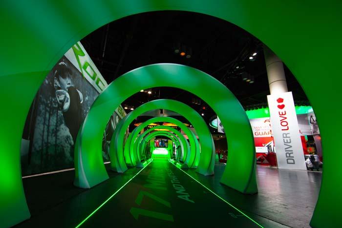 La exhibición de TaylorMade / Adidas Golf Company tuvo un ambiente futurista en Orlando en 2012: En una entrada, los asistentes caminaron por un túnel verde brillante de 15 metros.