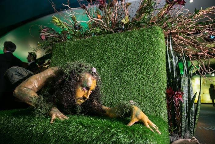 """En el Allie Awards en Atlanta en marzo, el tema fue """"Xperience the Elements"""", que se desarrolló en tres entornos temáticos que canalizaban la tierra, el agua y el fuego. En el espacio """"Elemento de la Tierra"""" inspirado en la selva tropical, los artistas en vivo se desempeñaron en un contexto de vegetación."""